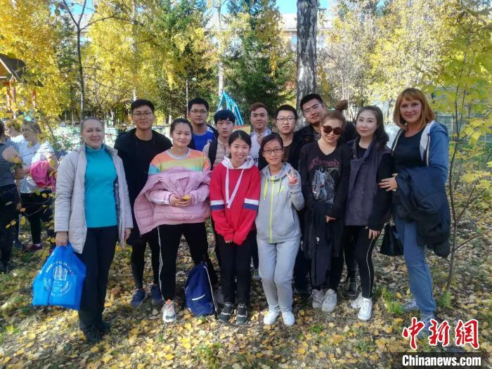 内蒙古二连浩特国际学院11名在俄留学生荣获红色毕业证
