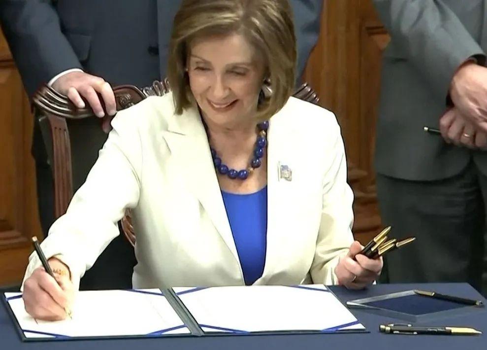 """▲2019年11月美国众议院议长南希·佩洛西签署所谓""""香港人权与民主法案"""""""