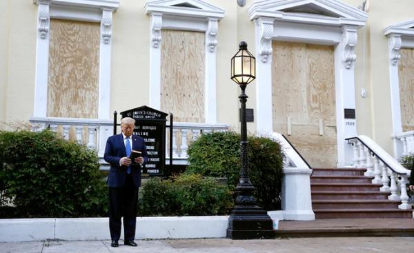 特朗普在白宫附近的一座教堂前拍照