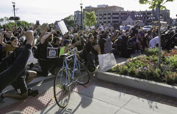 5月31日,民众手持标语在美国芝加哥示威抗议警察暴力执法。新华社 图