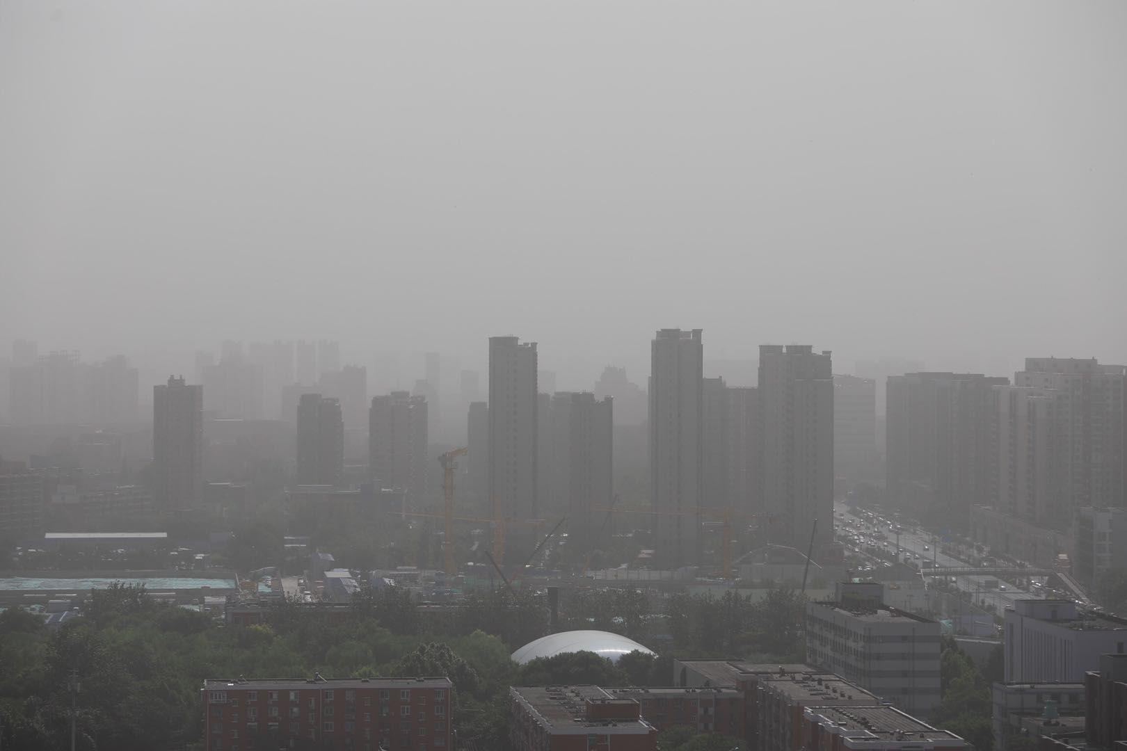 沙尘自西向东影响北京。
