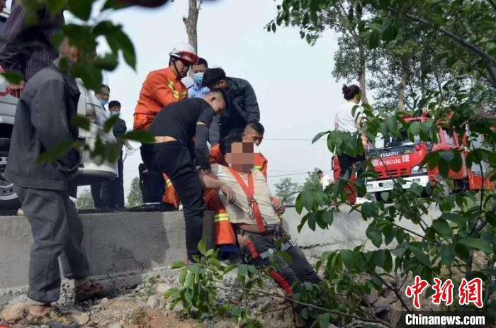受伤后被困在沟渠内十多个小时的男子获救瞬间。 申路平 摄