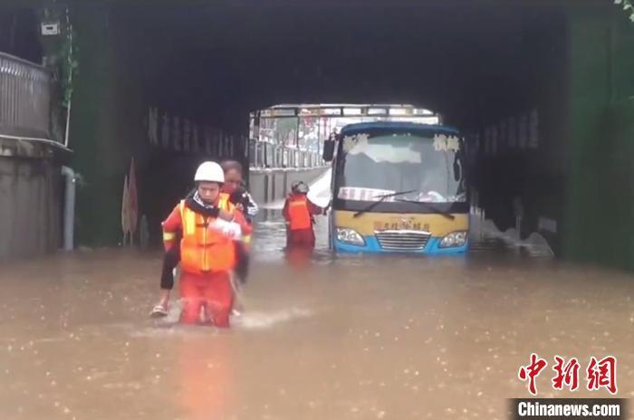 5月30日12时许,江西省上饶市横峰县铁路桥洞下,积水最深处有约1米深。仍在上涨的积水致使桥洞下一辆大巴车熄火,车内2人被困,消防指战员出动救援。 江西消防供图
