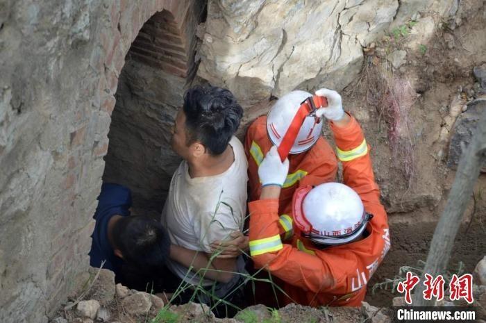 山西一男子骑单车跌入边沟被困十多个小时后获救