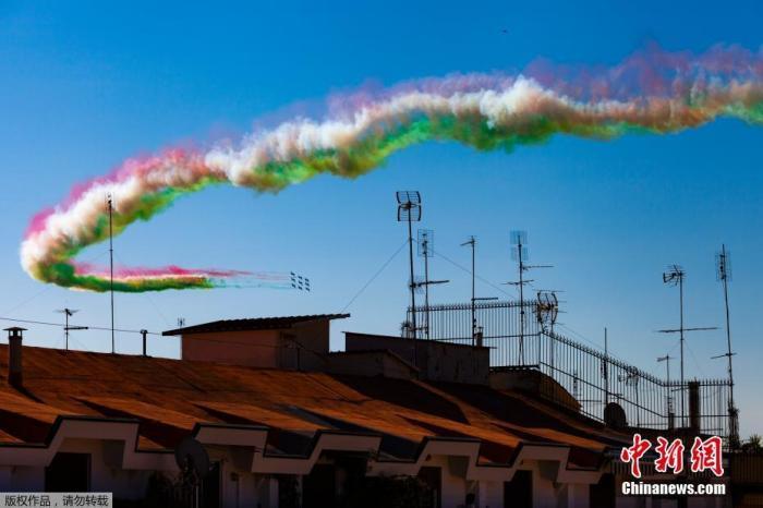 """当地时间6月2日,意大利""""三色箭""""飞行表演队飞越罗马上空庆祝共和国日。"""