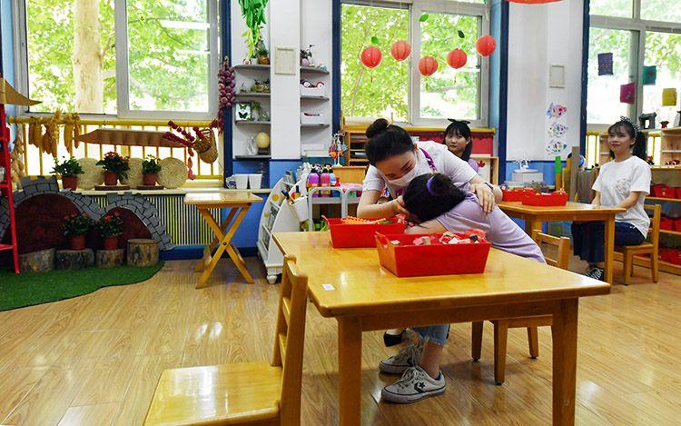 """一位""""小朋友""""突感不适,幼儿园启动应急预案。"""