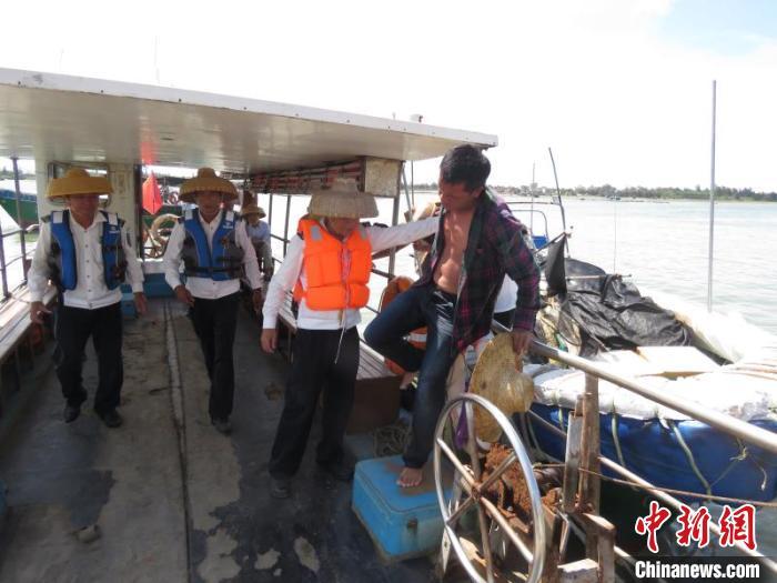 两名落水渔民抱着沉船漂浮物漂在