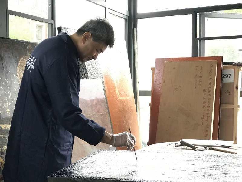 江西省美术家协会主席王向阳向省档案馆捐赠抗疫美术作品