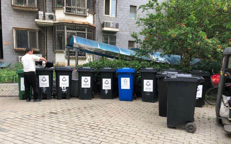 摩天测速,层住宅楼面临垃摩天测速圾桶图片