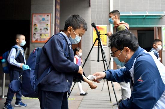 摩天注册:家长关注学校防疫是否到摩天注册位图片
