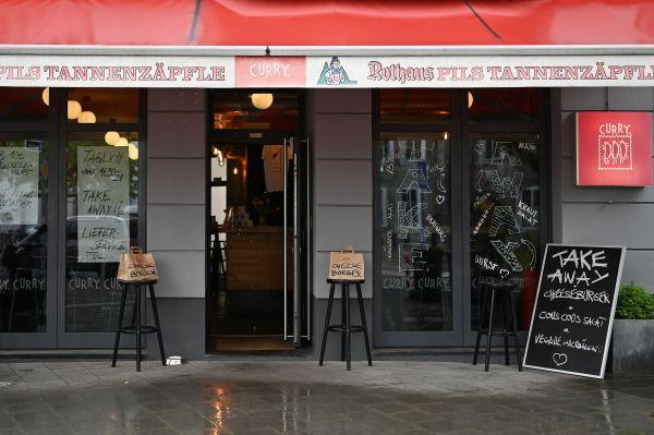 图说: 4月28日,德国杜塞尔多夫一家快餐店门口摆放着提供外卖的标识。新华社发(乌尔里希·胡夫纳格尔 摄)