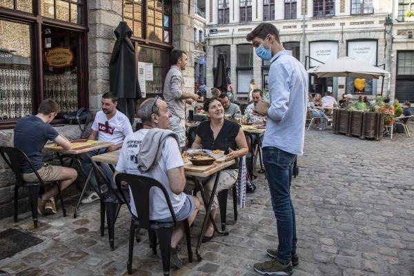 6月2日傍晚,人们在法国北部城市里尔一家餐馆的露天区域用餐。