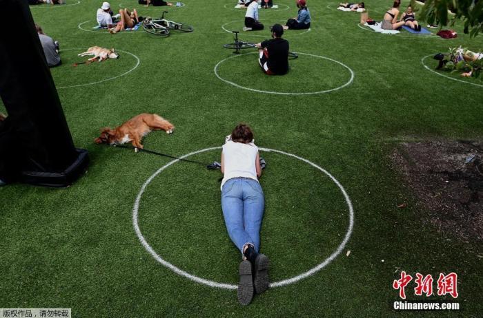 当地时间5月17日,美国纽约布鲁克林区,民众在多米诺公园的白色圆圈里享受周末时光。