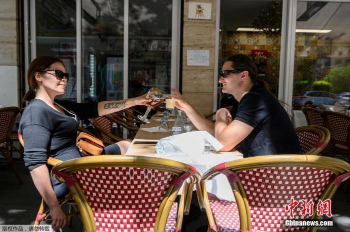 当地时间6月1日,两人在巴黎咖啡餐厅的露台上聚会。