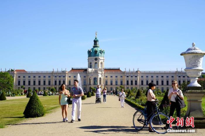"""当地时间5月31日,游客在德国柏林夏洛腾堡宫内参观。正在逐步""""解封""""中的德国迎来圣灵降临节,人们纷纷来到户外享受好天气。 中新社记者 彭大伟 摄"""