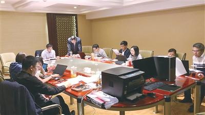 """第7统计督察组在山西省襄垣县就督察情形举行""""复盘""""时的场景。徐超 摄"""