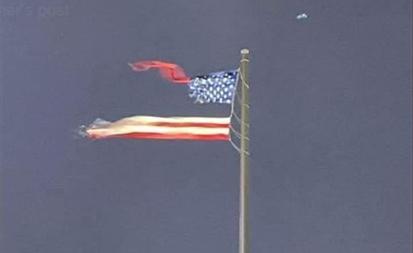 美国威斯康辛州蒙受猛烈雷雨狂风气候,天下上最大的一面自由悬挂式美国国旗被撕成两半