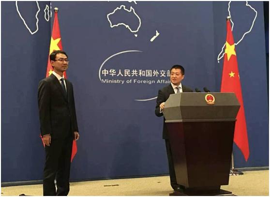 2016年9月26日下午3时,耿爽在时任外交部新闻司司长陆慷的带领下出现在外交部蓝厅,这是其作为外交部发言人的首次亮相。