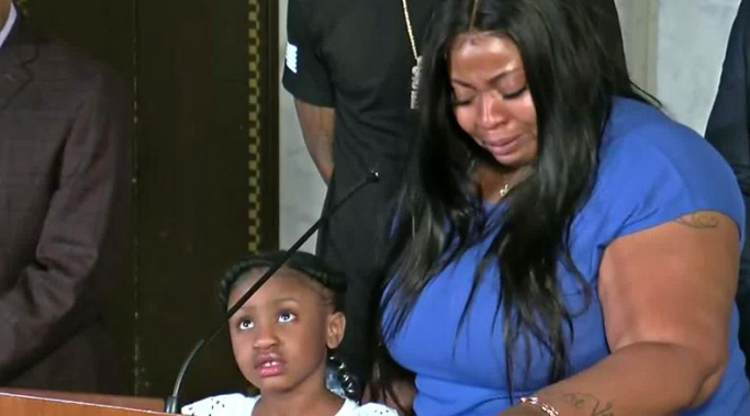 ▲弗洛伊德的女儿吉安娜和她的母亲。美媒NEWS9截图