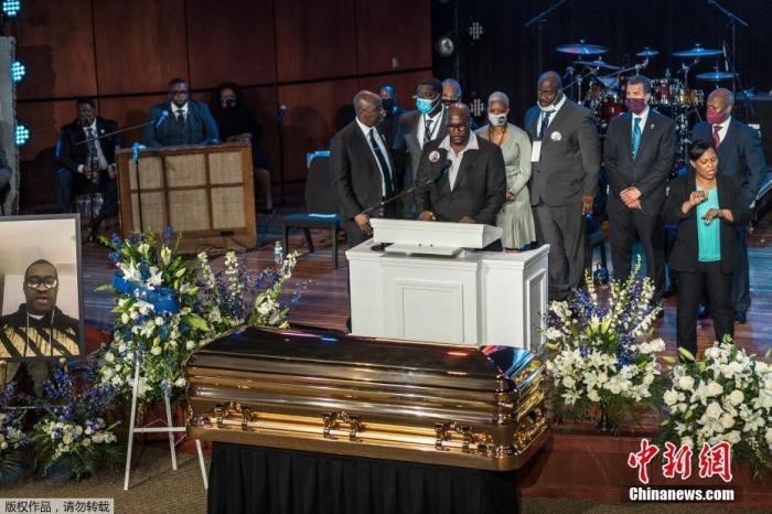 美国举行乔弗洛伊德追悼会 涉案3名被告首次出庭受审