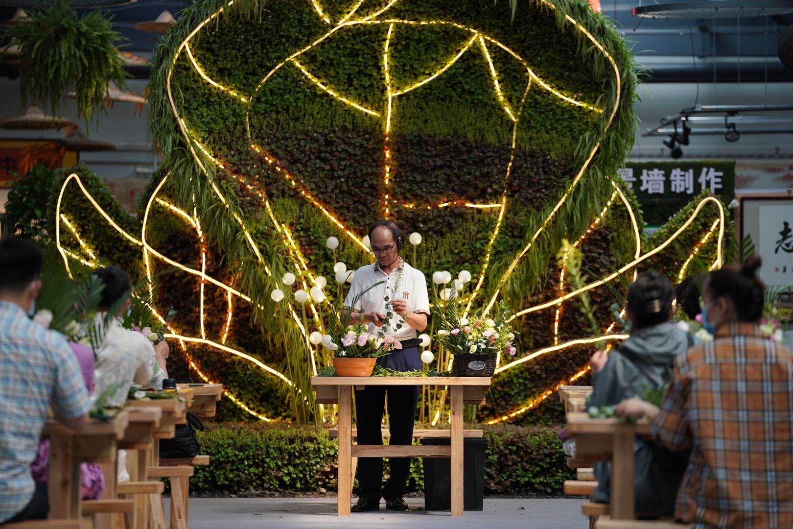 在花乡,花艺爱好者体验现代家居插花课程,激发花卉消费潜力。摄影/新京报记者 陶冉