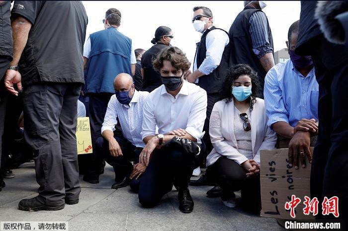 6月5日,加拿大总理特鲁多意外地现身抗议活动,加入现场数以千计的群众一起单膝跪地。