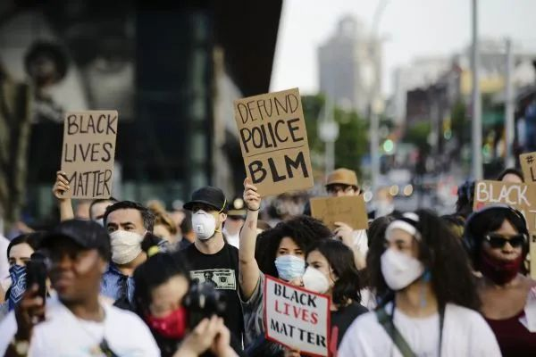 """▲6月4日,在美国纽约,抗议者手持""""黑人的命也是命""""等标语参加示威活动。新华社/美联"""