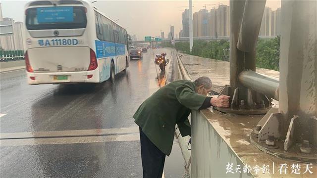 八旬老人想去医院探望老伴,风雨中迷路走上三环线,还好遇到了他们