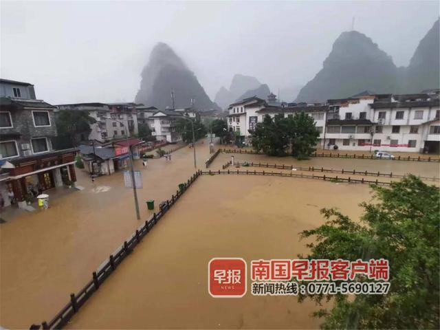 阳朔县城大多半门路泛起内涝。阳朔资讯供图