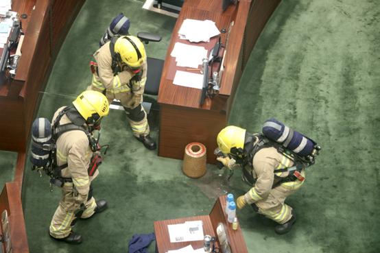 """救火员加入对不明液体举行观察。图源:香港""""橙消息"""""""