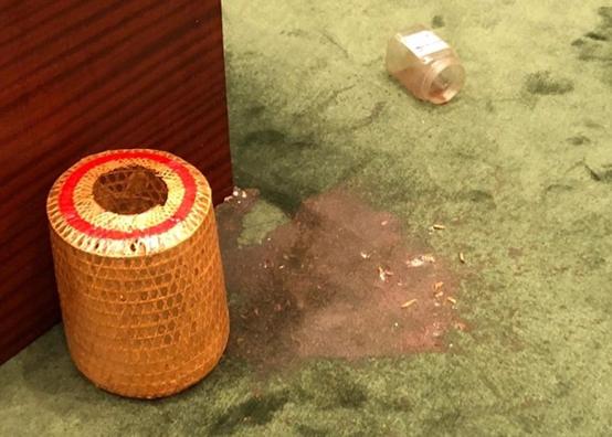 """否决派议员所抛掷的含白色虫不明液体。图源:自""""东网"""""""