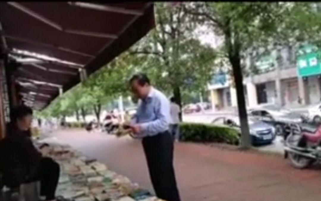 株洲市长逛旧书摊引质疑 拍摄者:非摆拍图片