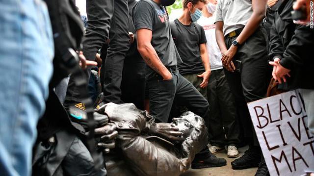 爱德华·科尔斯顿的雕像被拉倒
