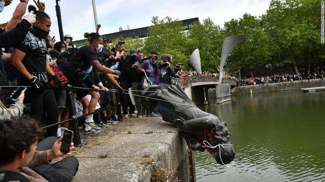 示威者将爱德华·科尔斯顿的铜像扔进河里