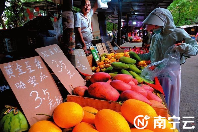 果摊水果琳琅满目,受市民欢迎。