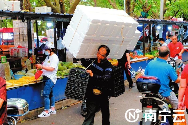 安北下临时摆卖区,忙碌的小摊贩。努力奋斗,终会收获更多幸福。