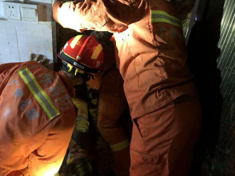 广州降雨致山体滑坡1民房被埋1死2伤 消防员徒手刨挖救人图片
