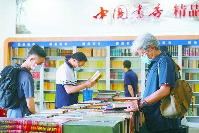市民戴口罩逛北京书市 童书展区人气旺