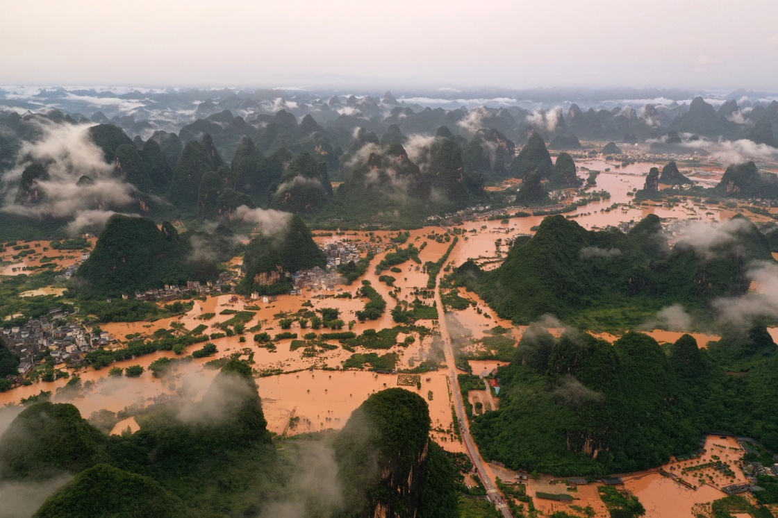 广西阳朔县部分出现严重积水的村庄(6月7日摄,无人机照片)。 新华社 图