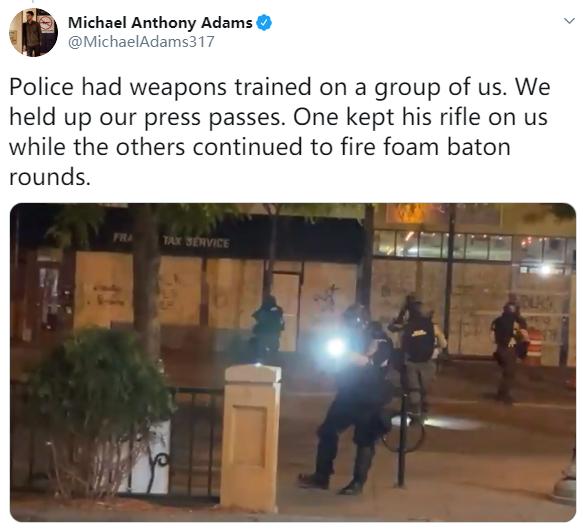 ▲迈克尔·亚当斯社交媒体发文:警察瞄准了我们,我们拿出记者证,一个人用步枪对着我们,其他人继续用泡沫弹射击。