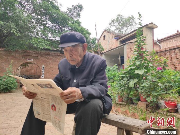 """山西长治长子县西南呈村的九旬老人陈长珍想为自己种的300余株牡丹寻找可靠""""婆家""""。 张月 摄"""