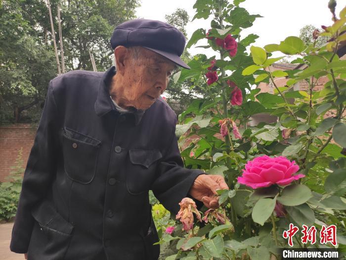 陈长珍说,自己每天除了读书看报,就是照顾花草,给它们浇水、施肥。 张月 摄