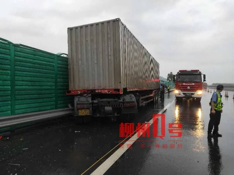 突发!泉南高速一辆半挂车撞上护栏,1人不幸身亡