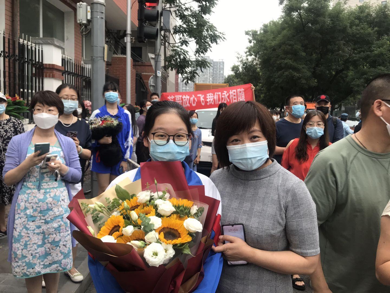 【天富】北京2020年高天富考结束家长考生挥泪相图片