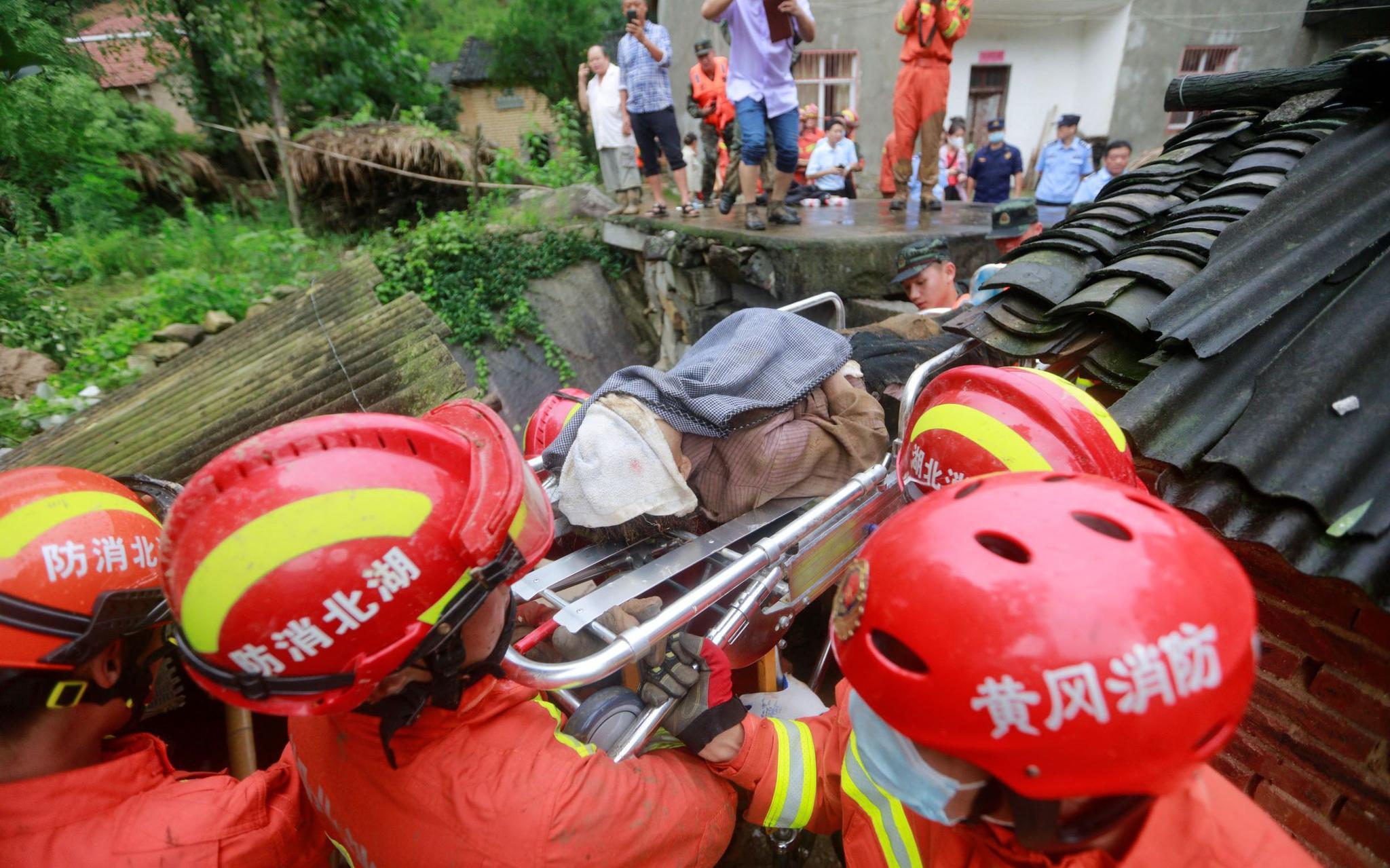 黄梅山体滑坡9人被埋1人获救,救援者讲述营救过程图片