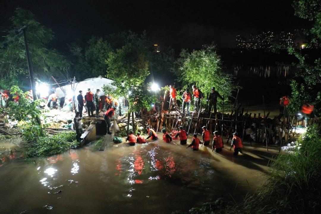 雨夜鏖战考田河,武警战士跳入洪水堵溃口