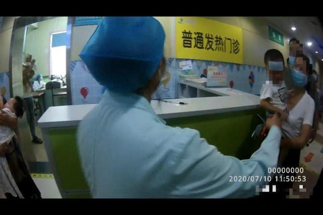 孩子突发高烧前往医院 郑州交警护送获感谢