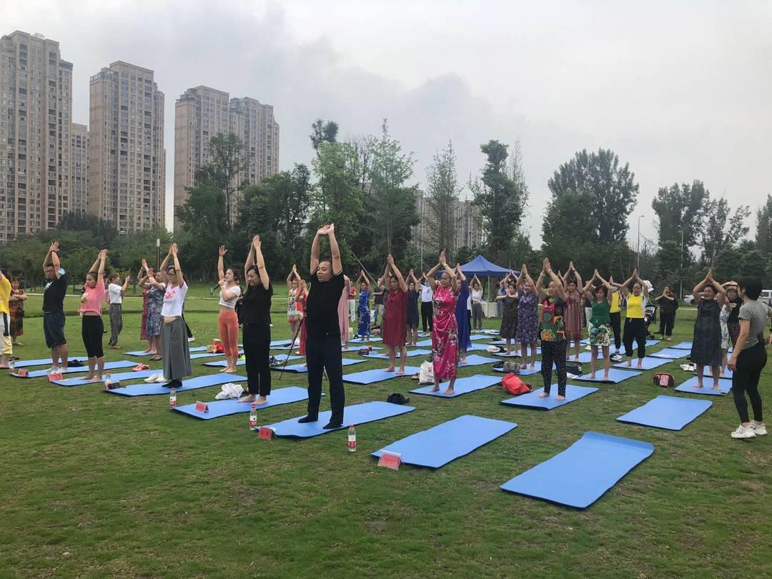 好惬意!推行全民健身运动 50余名青羊居民公园练瑜伽