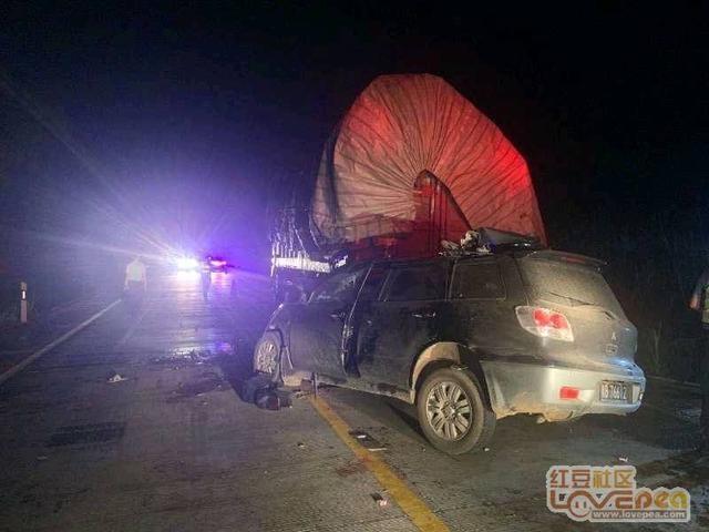 来宾市发生一起越野车追尾大货车交通事故,造成5人死亡