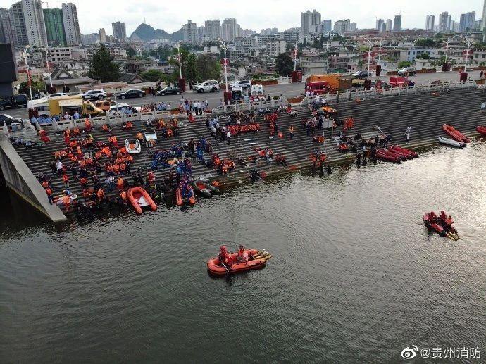 安顺市长到公交坠湖救援现场、医院,这么部署救援和善后工作